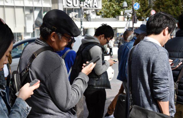 Японские власти призывают не пользоваться смартфоном на ходу
