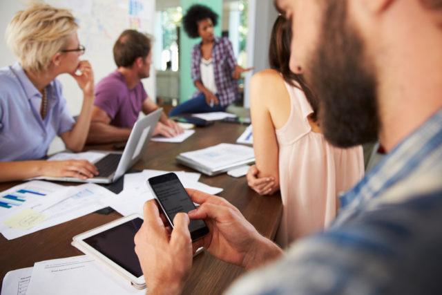 Смартфон мешает деловым переговорам