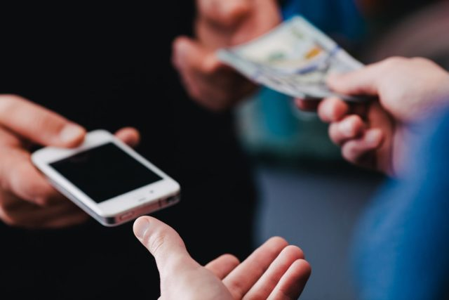 Россиян предостерегают о новом способе мошенничества при продаже смартфонов