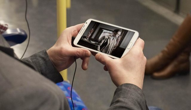 Как скачать фильм на телефон Андроид?